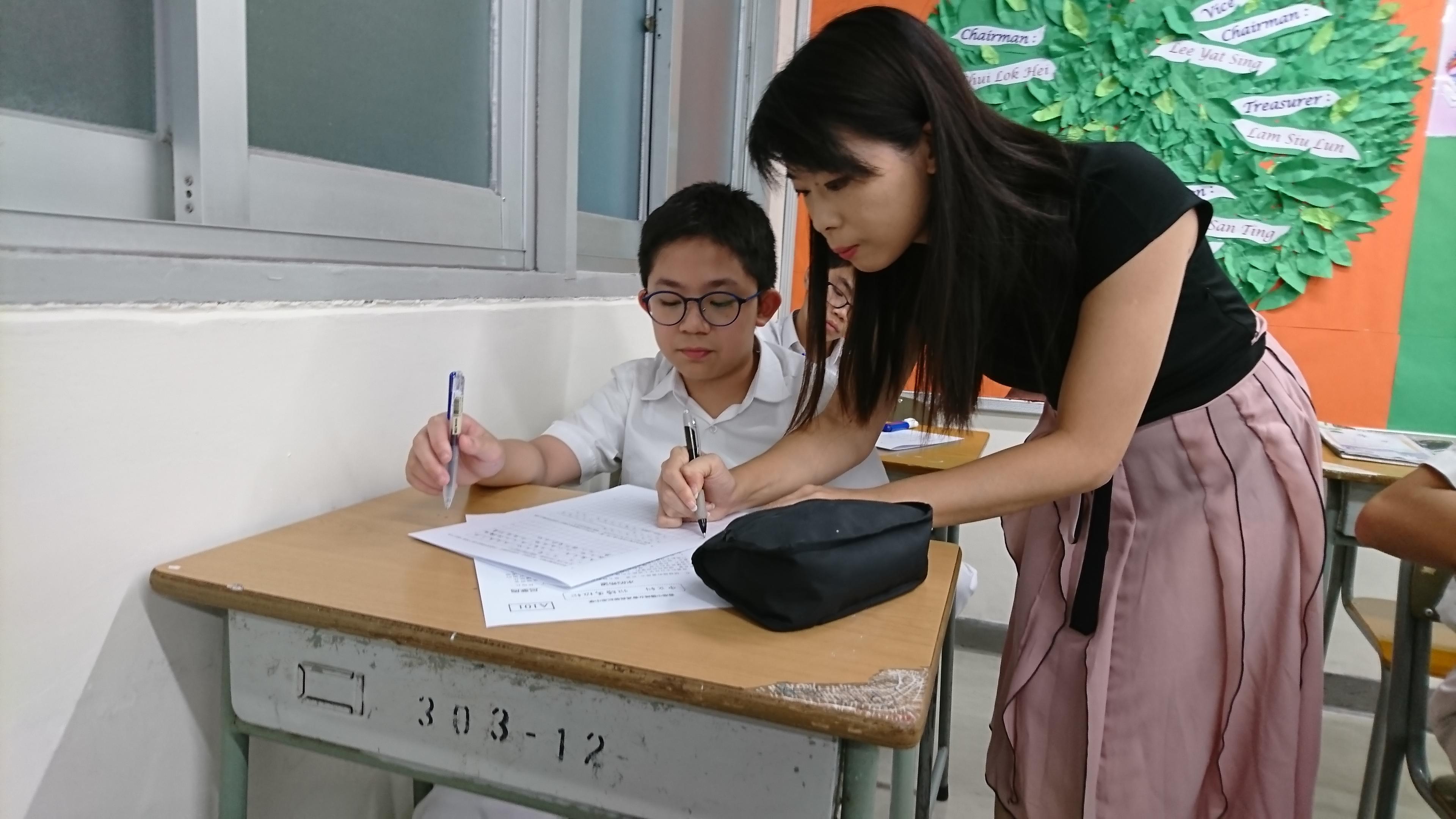 老師正解答學生疑難。