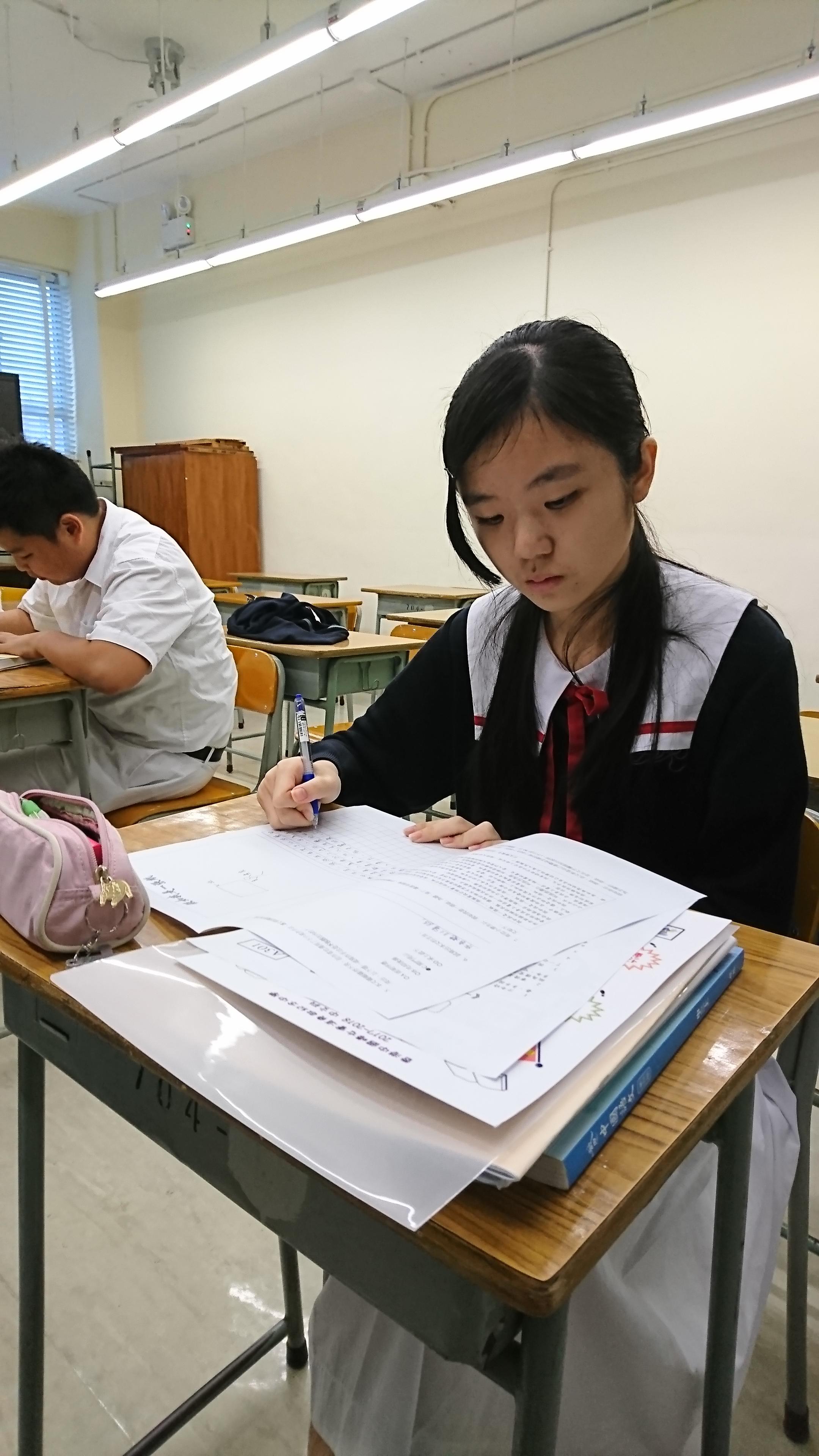 同學正專心閲讀。