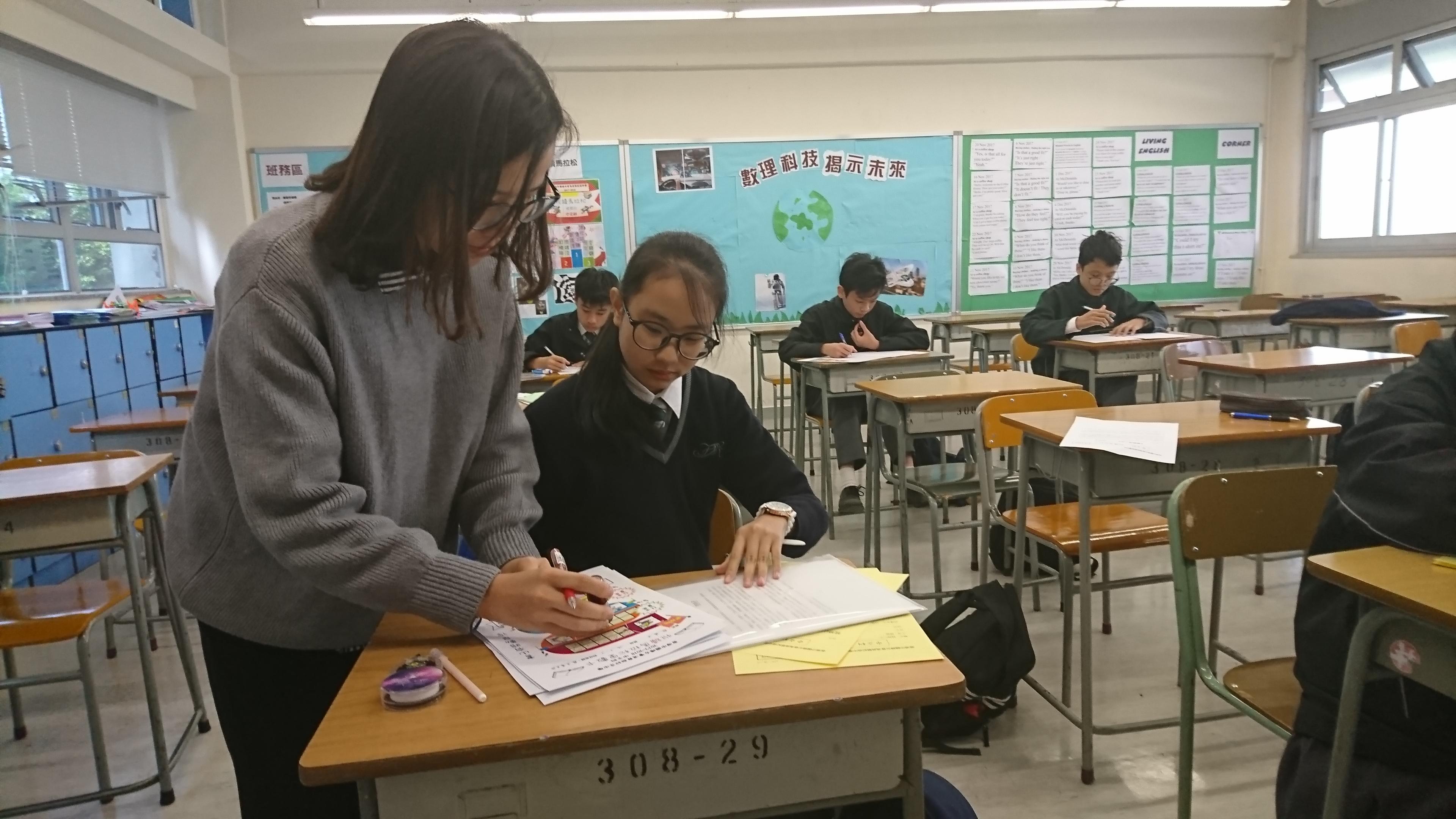 老師正在指導學生。