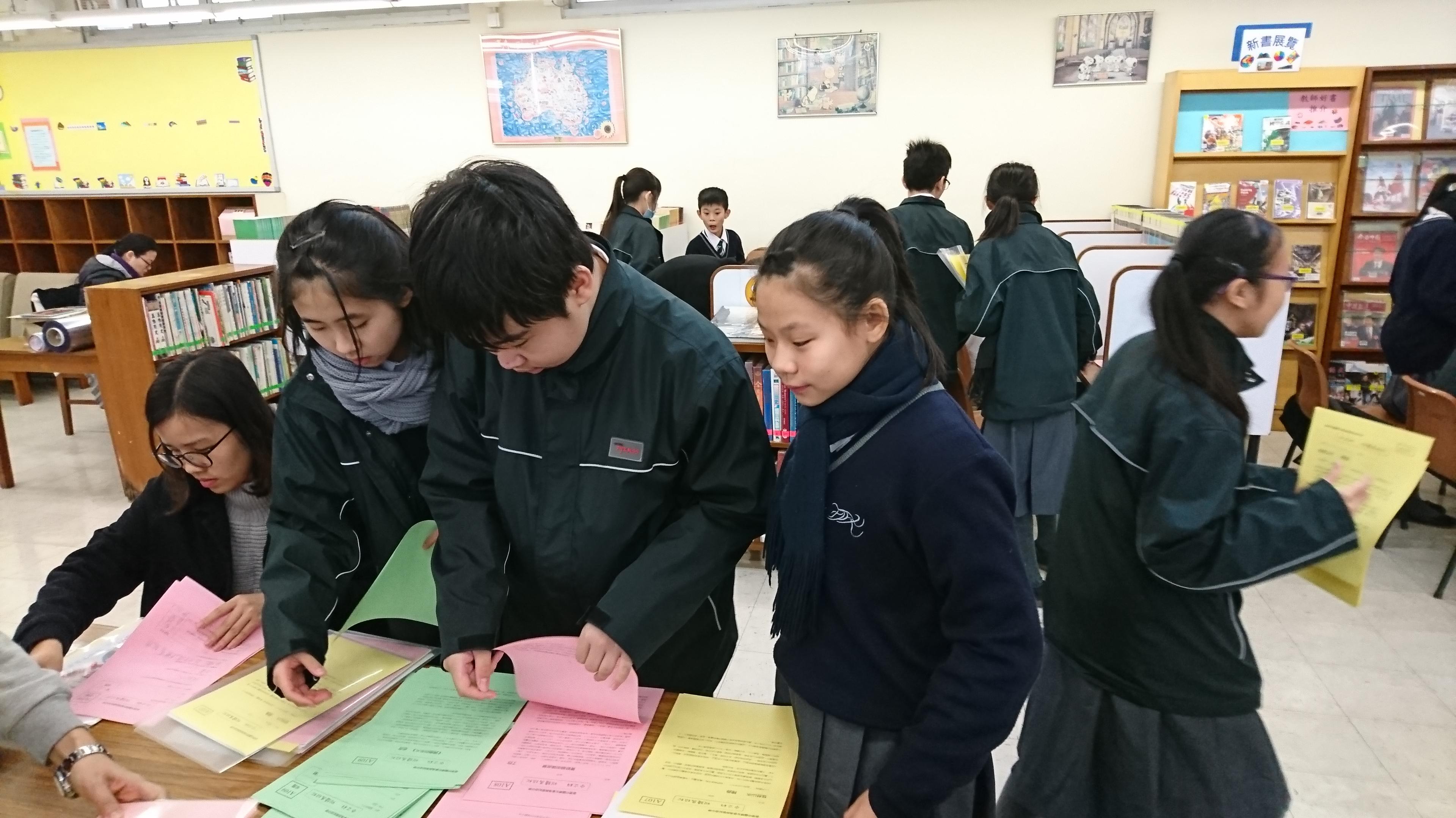 同學拿取閲讀材料。